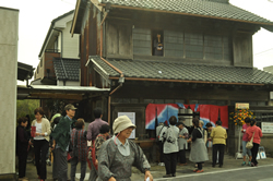 旧商家をリノベーションし、地域のお年寄りの会「ふれあいサロンプリンセス」の拠点が誕生
