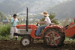 トラクターの操作方法を学ぶ馬場さん