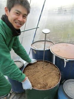米ぬか、竹パウダー・ミネラル豊富な海草ひじきを混ぜた発酵肥料