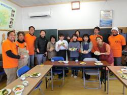 オレンジTシャツを着ているのがNPOメンバー