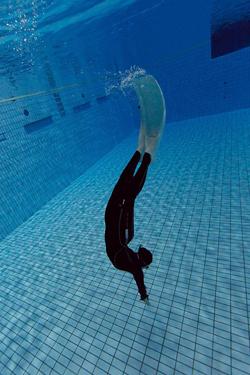 競泳場にて潜る練習・撮影:秋本哲志