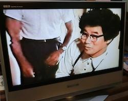 万祝蒐集に民家で交渉する生前の八十一さん 昭和40年代のTV放送(美術館内視聴可)