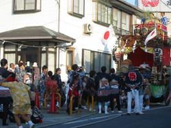 万祝半纏を着て祭りを行う地区住民