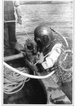 器械式潜水服を着たアワビ漁師