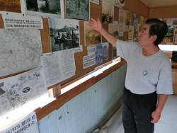 まちかどミニ博物館を案内する鈴木政和さん