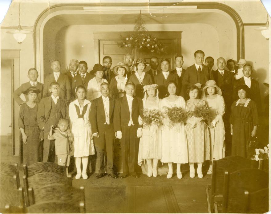 日系アメリカ人の結婚式に参加する早川雪洲(中列右から三番目)