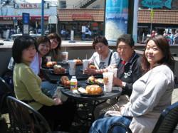 モントレー周遊中の海女姉妹(右列奥)と山口恵子さん(左列中)