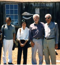 1997年モントレーを初訪問した溝口かおりさん(中央左)Whalers Cabin Museumにて
