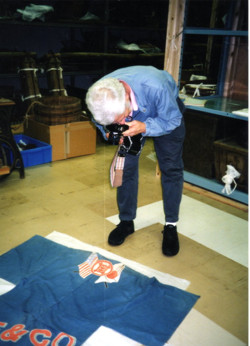 旧安房博物館倉庫にてモントレー万祝を発見するライドン教授(1995年)