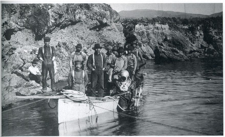 モントレーに渡ったアワビダイバーの写真(1906年)  海水が冷たかったため潜水用具を着ているのがわかる