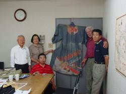 2004年に発見された2着目のモントレー万祝を囲み一同に会した日米研究者達(2005年)