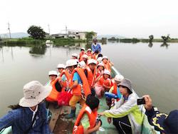 舟で権座に渡る地元の小学生