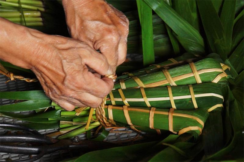 集落の女性がつくるヨシちまき。地域に伝わる郷土食で訪問者をもてなす。