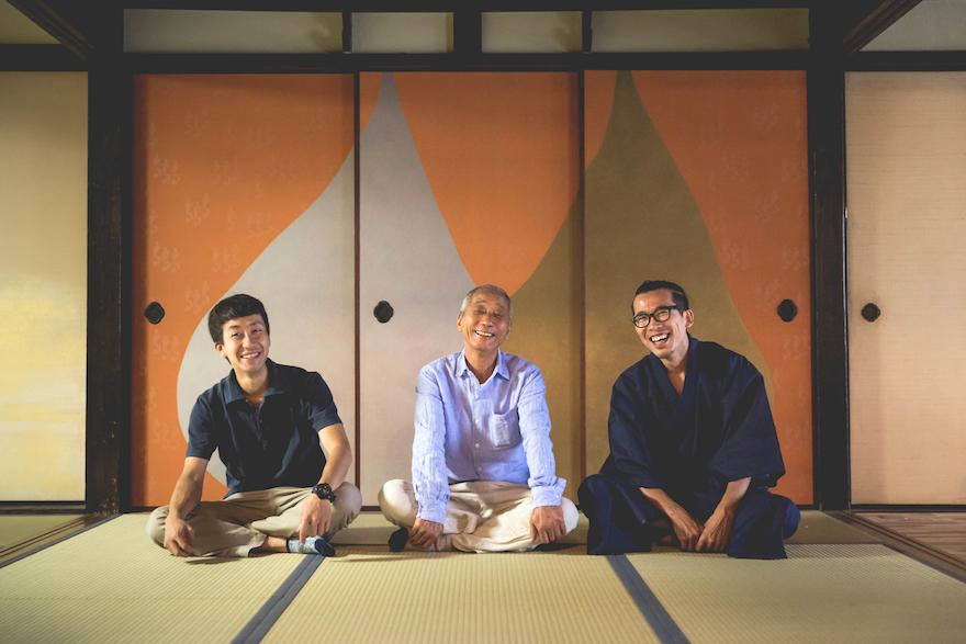 「絹市」内の和室、滋賀県の作家である野田版画工房の襖の前で