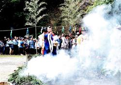 毎年5月の第3日曜日に行われる修験道の儀式:柴灯大護摩修行と火渡り祭