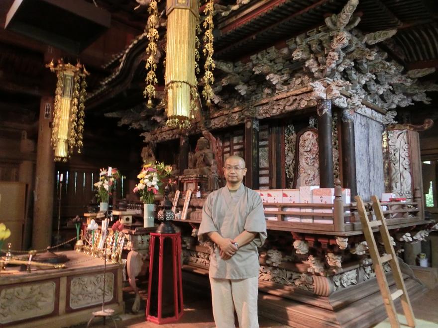 研究調査が進む堂内「厨子」(仏像を安置する仏具)と金本拓士住職