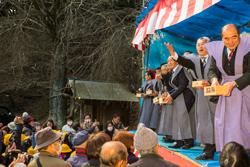 2月3日御開帳に合わせ開催される節分豆まき(右から2番目:川﨑浩之幹事長)