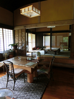 築300年の母屋を改修したレストラン内
