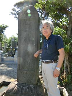 四面石塔(東面)と愛沢伸雄さん