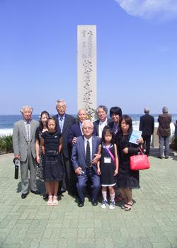 「快鷹丸」供養碑の前で浦項漁師と共に