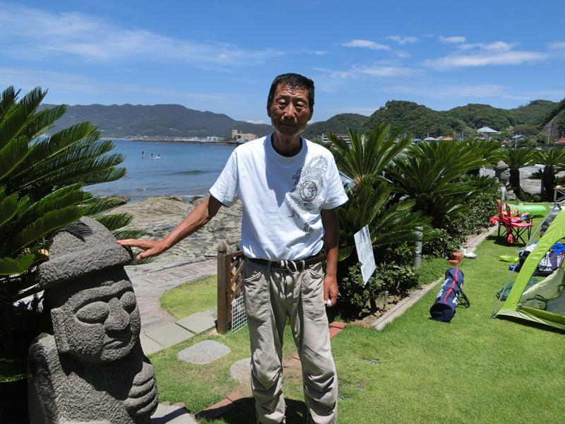 鋸南町で海の家「渚の茶屋きまぐれモモ」を開いた李徳雄さん ガーデンには済州島の象徴的石像トルハルバンがある