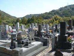 鴨川市の長興院には済州島出身の海女や関係者が埋葬された十数の墓がある