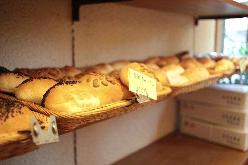「要町あさやけ子ども食堂」はメンバーの山田さんの自宅兼パン屋の場所を改装して作られた。今でも玄関には山田さんが作ったパンが並ぶ。