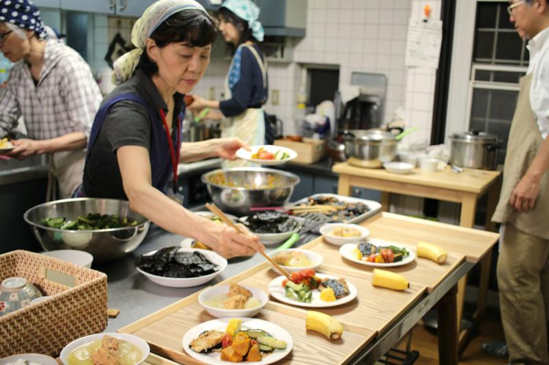 この日のメニューは、豆腐で作られた変わりかば焼き、トマトとかぼちゃのマリネなど。栄養のバランスを考えて毎回作られている。
