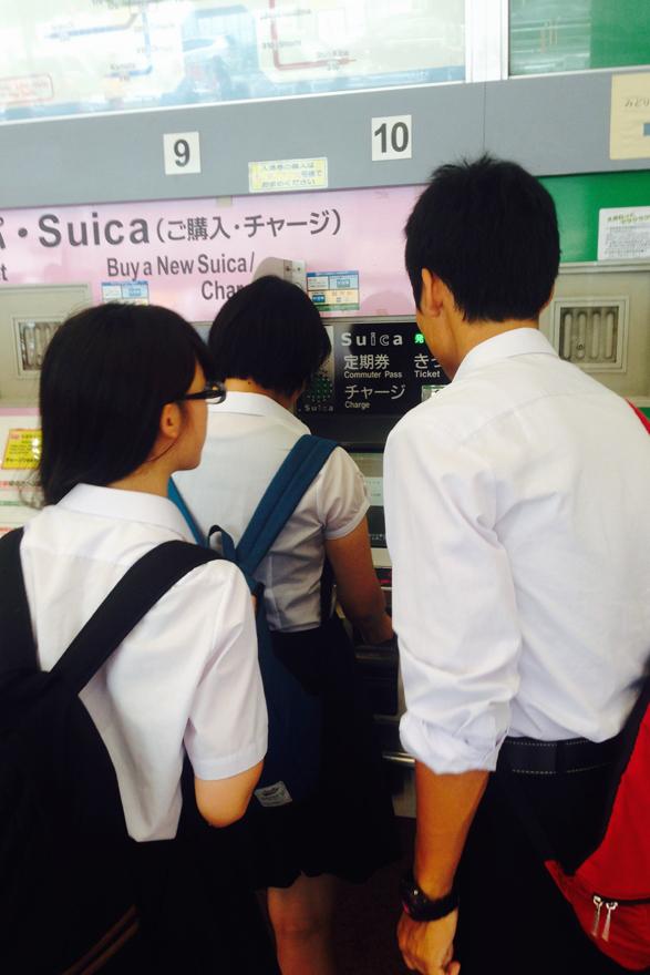 (Suicaを発行する高校生たち)