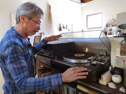 カフェで音楽を選曲する今井さん