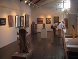 毎年60名以上のアーティストが作品を寄せる