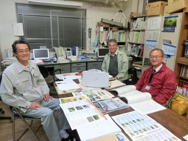 千葉県農林総合研究センター暖地園芸研究所生産環境研究室 右から赤山喜一郎所長 植松清次主任上席研究員 河名利幸室長