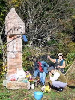 古い桜の木と手作りの供養塔
