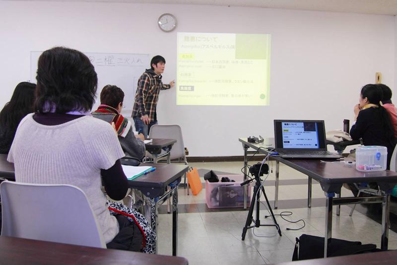 地域の集まりにてこうじ菌や醸造について講義する及川さん Photo by 吉野善三郎