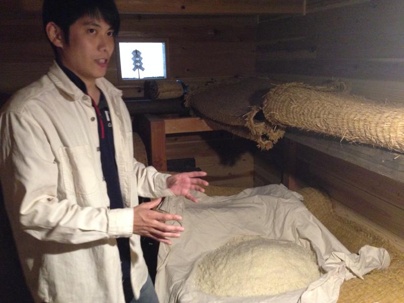 曽祖父自慢の石室の中で糀の製造方法を語る及川さん