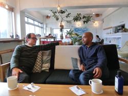 事務所が入居するシラハマアパートメント1Fカフェにて(左:共同創業者スコット・エジドさん)