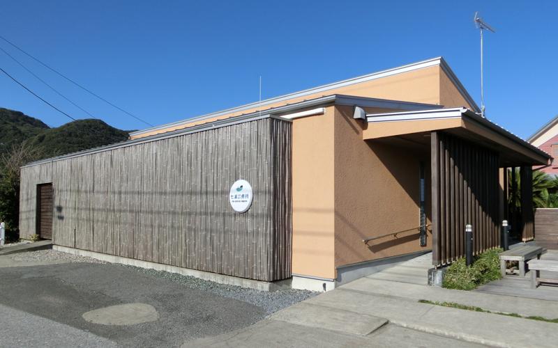 七浦診療所外観 七浦小学校と徒歩2分ほどの距離にある