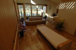 窓から七浦小学校背後に構える高塚山を望む七浦診療所内観
