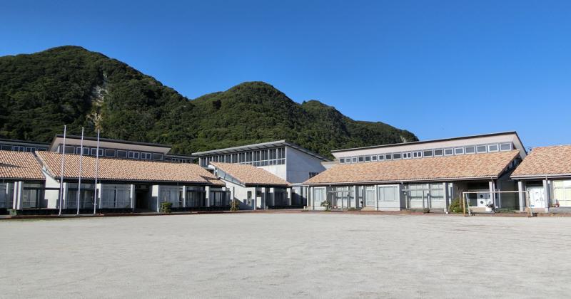 1874年(明治7年)創立の七浦小学校 2003年に改修工事を終え、新しい施設のまま閉校となった