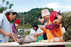 収穫した農作物で料理を共にする入所者