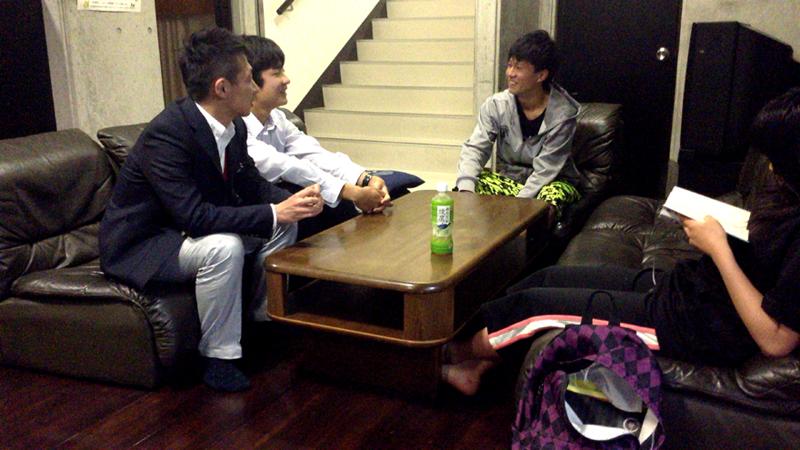 部活終わりにHAN-KOHで談笑している生徒とスタッフ