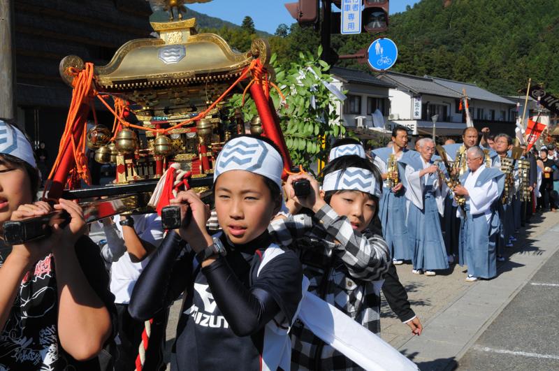 お祭に参加する子供たち