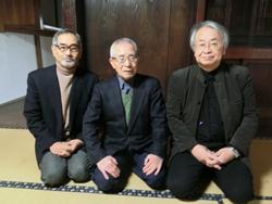 NPO法人青木繁「海の幸」会の吉武研司さん(写真右)と吉岡友次郎さん(写真中央)