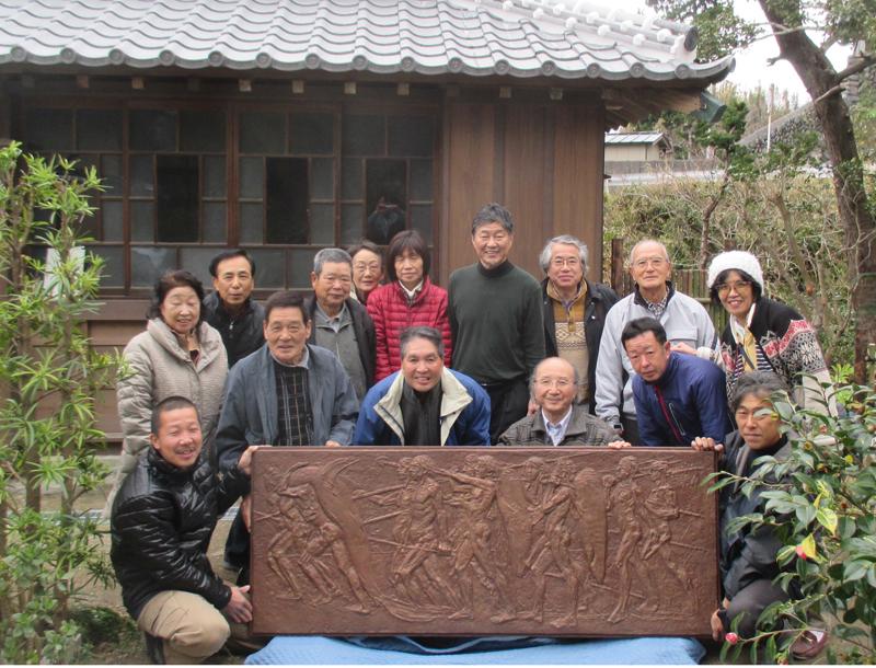 小谷家住宅に寄贈されたブロンズレリーフ 写真前列中央左:レリーフ塑像作者の船田正廣氏