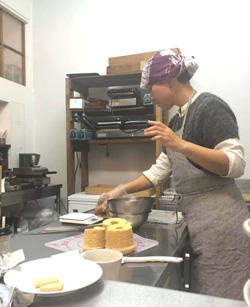 おやつマルシェ内でスイーツを作るお菓子作家
