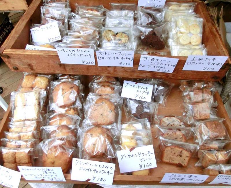 おやつマルシェには、ワッフル以外にも数々の手作りお菓子が並んでいる