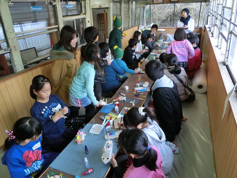 長須賀地区島原公民館で開催された千葉大生による「まちなか塾」 川の貿易で栄えた長須賀の文化を学ぶため船を作り、川に流す遊びを実践