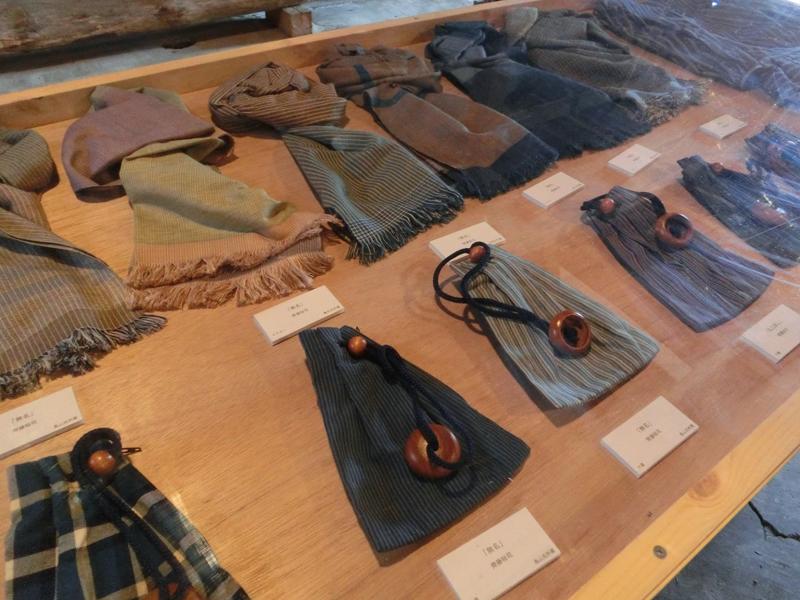 齊藤裕司さんは、唐桟織を利用してマフラーや巾着袋、名刺入れなど様々な小物の作品を提案(販売は休止中)