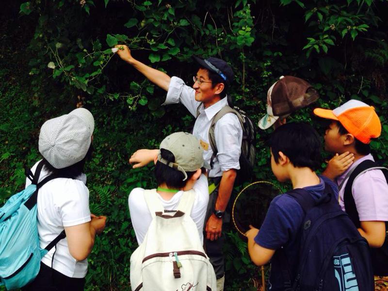 NPO法人南房総リパブリックの里山学校「ビワ山ハイキング」でレクチャーする本間さん