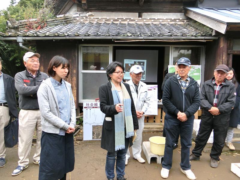 地域住民や学生、そして研究室OBが集まった「ふるさとまちづくり大賞」の祝賀会にて挨拶する岡部明子教授